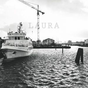 Hinterhof Cuxhaven's 120€ 72x48 Fuji Matt, weißer Rahmen 60x80